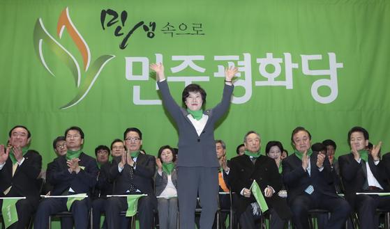 민주평화당 창당대회가 열린 6일 오후 국회 의원회관에서 조배숙 민주평화당 대표가 손을 들어 인사하고 있다. 임현동 기자