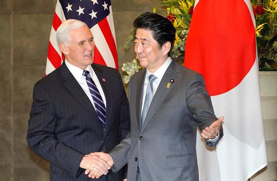 방일 중인 마이크 펜스 미국 부통령(왼쪽)과 아베 신조 일본 총리가 7일 회담을 하고 있다. [AP=연합뉴스]