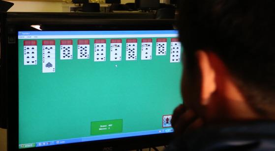 카드놀이 게임을 하는 북한 학생. [사진 조현준 교수]