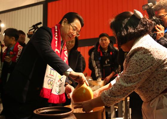 김영록 농림축산식품부 장관이 2018 평창 페스티발 파크에서 전통 막걸리 체험을 하고 있다. [뉴스1]