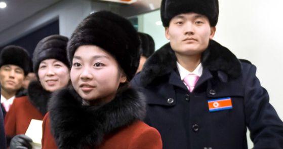 북한 피겨스케이팅 페어의 김주식(오른쪽), 렴대옥 선수 등 평창 동계올림픽 북한 선수단이 지난 1일 강원도 양양 국제공항을 통해 들어오고 있다. 양양=사진공동취재단