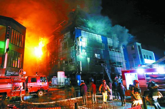 2017년 12월 21일 오후 충북 제천시 하소동 피트니스센터에서 불이 나 소방대원들이 화재 진압을 하고 있다. [연합뉴스]