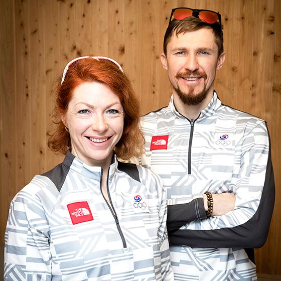 """러시아 출신의 귀화선수 안나 프롤리나(왼쪽)와 티모페이 랍신이 바이애슬론 한국 대표로 평창 겨울올림픽에 출전한다. 이들은 바이애슬론에서 한국의 사상 첫 올림픽 메달 획득을 꿈꾼다. 한국을 '우리 집""""이라고 부르는 이들은 올림픽 후에도 한국 바이애슬론 발전에 기여하겠다는 포부다. [장진영 기자]"""