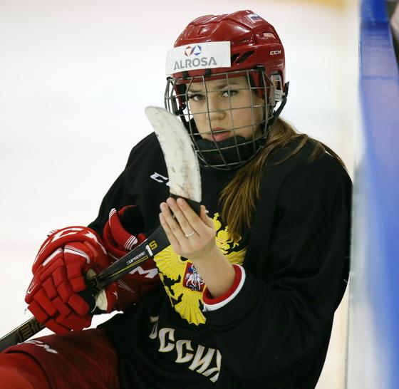 러시아 여자 아이스하키팀의 알레티나 스타보야가 지난 9일 러시아 아무르 하키센터에서 훈련을 하고 있다.러시아 여자 아이스하키팀은 현재 세계랭킹 4위다.[연합뉴스]