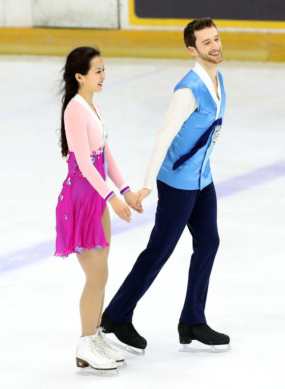 민유라-겜린 조는 프리댄스에선 '홀로 아리랑'에 맞춘 개량한복 유니폼을 입는다.
