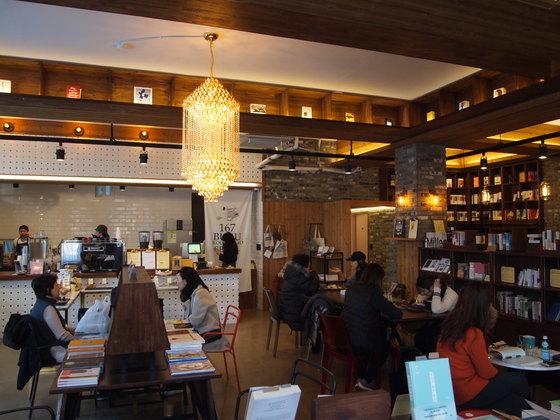 지난 2월 7일에 방문한 성북동 부쿠. 고풍스러운 인테리어가 돋보이는 이곳은 카페가 아닌 서점이다. 유지연 기자