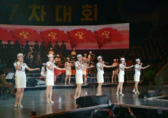 모란봉악단이 지난해 5월 당대회 경축 공연을 하고 있다. [중앙포토]