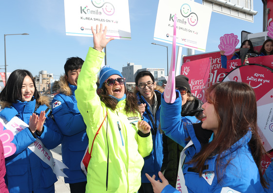 지난 7일 오후 '찾아가는 여행자 서비스센터'(TSC)에서 한국방문위원회 미소국가대표들과 평창 겨울올림픽을 맞아 강릉을 찾은 외국인들이 미니컬링 게임을 즐기며 환호하고 있다. [연합뉴스]