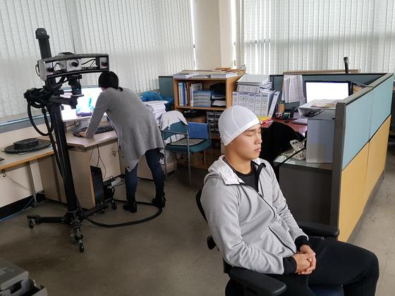 홍진HJC는 윤성빈에게 꼭 맞는 헬멧을 개발하기 위해 2016년 10월 3D 스캔을 통해 정밀 측정을 했다. 이 회사는 3D 프린터로 샘플을 제작한 뒤 풍동 실험을 하고, 공기의 움직임도 점검했다. [사진 홍진HJC]