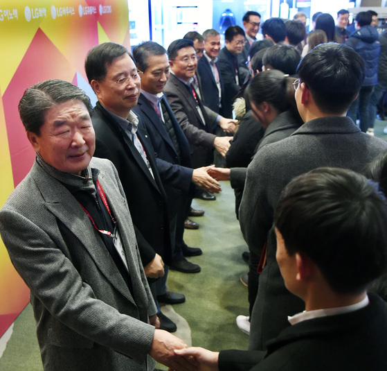 구본준 LG 부회장(왼쪽)을 비롯한 LG 최고 경영진이 R&D 분야 인재와 악수를 하며 인사를 나누고 있다.