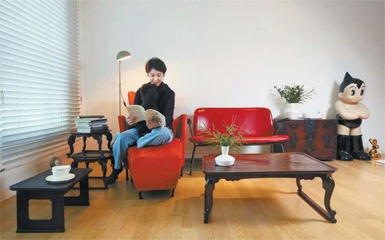 소반이 다시 우리 생활 속으로 들어오고 있다. 소반 콜렉터이자 애호가인 도예가 이정은씨는 집에서 오래된 소반을 쌓아 선반이나 사이드 테이블로 사용한다. 현대 가구인 소파와도 제법 잘 어울린다. 오종택 기자