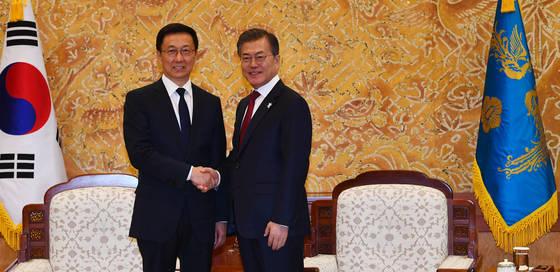 문재인 대통령이 8일 오후 청와대에서 시진핑 중국 국가주석의 특별대표 자격으로 방한한 한정 상무위원을 만나 악수하고 있다. 청와대사진기자단