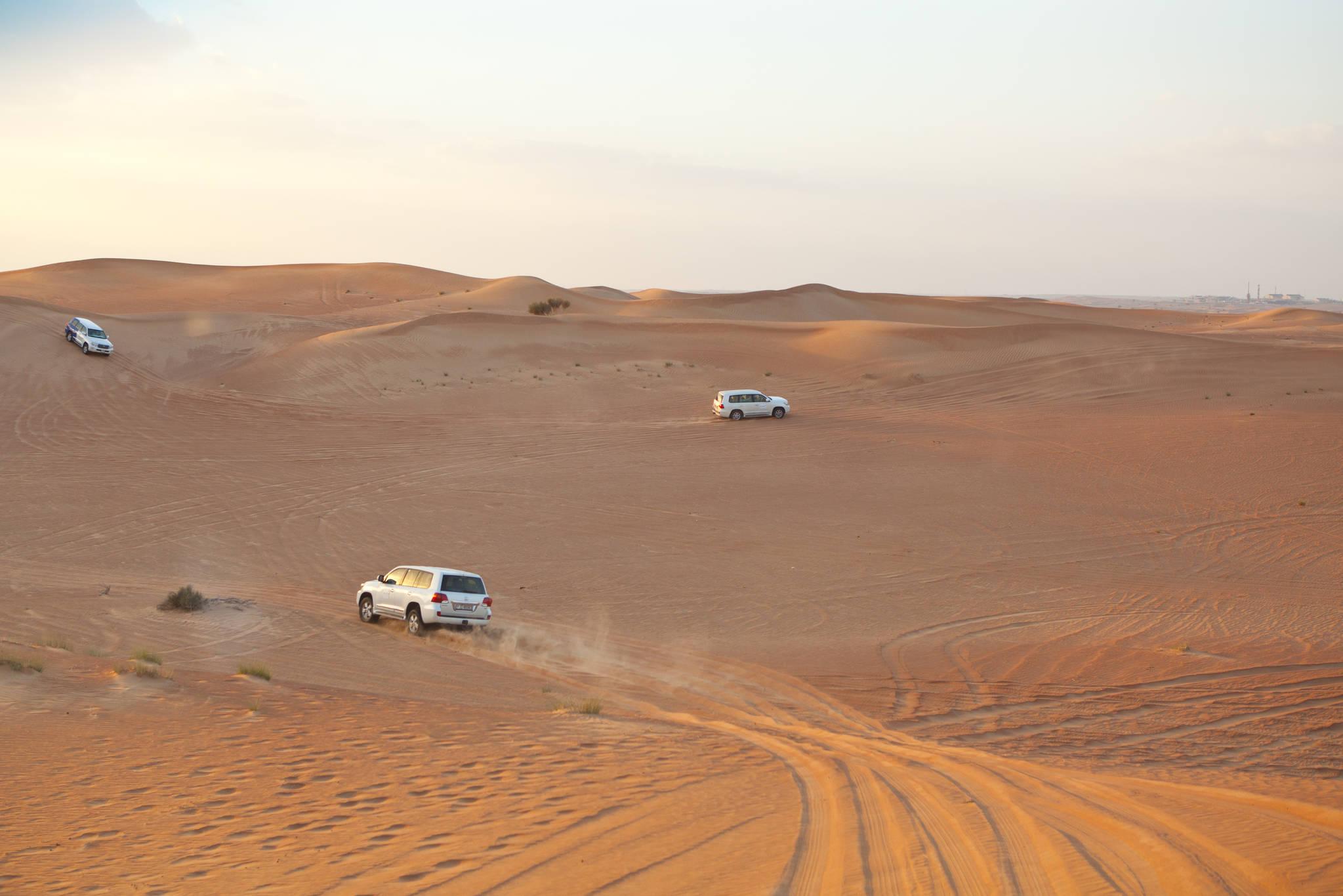 사륜구동차를 타고 사막을 질주하는 듄 베이싱. 두바이에서 놓치지 말아야 할 재미거리다.