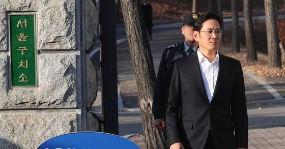 5일 항소심에서 집행유예를 선고받은 뒤 서울구치소를 나서는 이재용 삼성전자 부회장. 변선구 기자