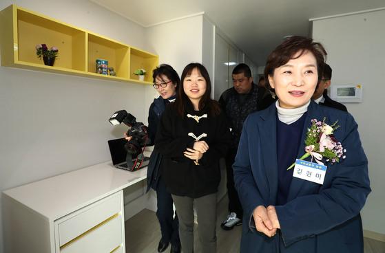김현미 국토교통부 장관(오른쪽)이 8일 오전 서울 구로구의 한 행복주택을 방문해 입주 예정자들과 내부를 둘러보고 있다. [연합뉴스]