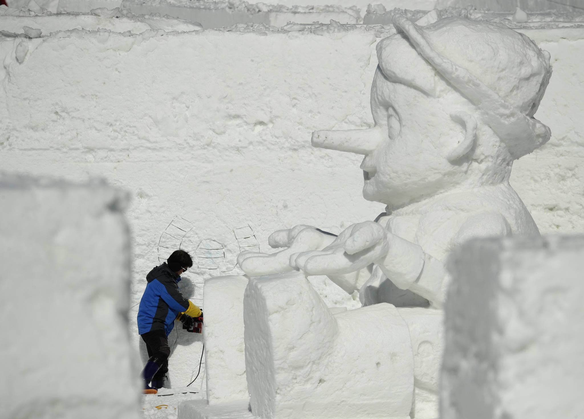 평창 올림픽 플라자에서 눈조각을 하는 작가. [AP=연합뉴스]