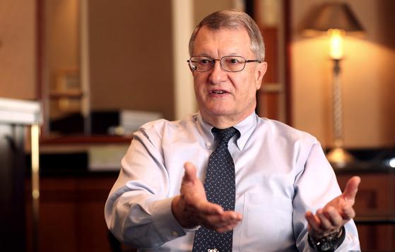 """스티븐 블러스트 국제전기통신연합 WP5D 위원장이 인터뷰 질문에 답하고 있다. 그는 """"5G 망을 통해 외과 수술도 가능할 것""""이라고 말했다. 최승식 기자"""