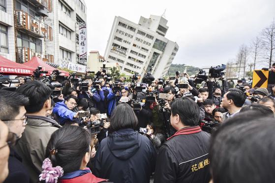 I차이잉원 대만 총통이 강진 현장을 방문해 이재민을 위로하고 있다. [AP=연합]