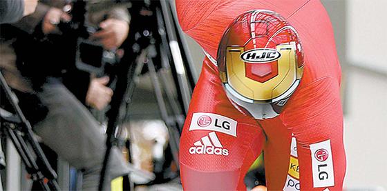 3차원 스캔을 거친 뒤 방탄 소재로 만든 윤성빈의 헬멧. 영화 캐릭터를 그대로 본따 '아이언맨 헬멧'으로 불린다. 크기와 무게는 줄이고, 공기 저항을 최소화했다. 그래서 윤성빈의 이 맞춤 헬멧은 첨단기술의 결정체이자 세상에서 단 하나 뿐인 보물이다. [뉴시스]