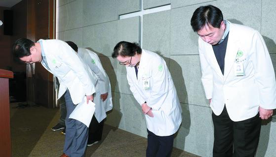 정혜원 전 이대목동병원장(오른쪽 둘째)등 의료진이 지난해 12월17일 오후 언론브리핑에서 전날 신생아 4명이 잇따라 숨진 사망 사고에 대해 사과하고 있다. 강정현 기자