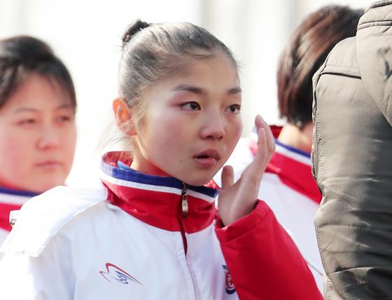 북한 피겨 염대옥이 8일 오전 강원도 강릉 평창동계올림픽 선수촌에서 열린 선수단 입촌식에서 인공기가 게양되며 국가가 나오자 울먹이고 있다. [뉴스1]