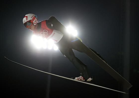 8일 알펜시아 스키점프센터에서 열린 2018 평창 겨울올림픽 스키점프 개인전 남자 노멀힐 자격 예선에서 도약하는 최서우. [평창=연합뉴스]