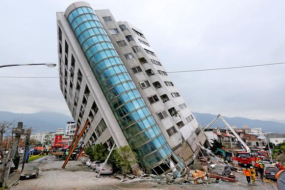 6일 오후 11시 50분쯤 대만 화롄현 북동쪽 22㎞ 해상에서 규모 6.0의 지진이 발생했다. 지진으로 저층부가 붕괴된 화롄시의 한 건물에서 7일 구조 작업을 벌이고 있다. [화롄 로이터=연합뉴스]