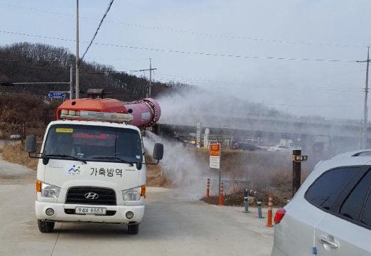 지난 6일 충남 아산시가 곡교천에서 차량을 이용해 조류인플루엔자 방역을 하고 있다. [연합뉴스]