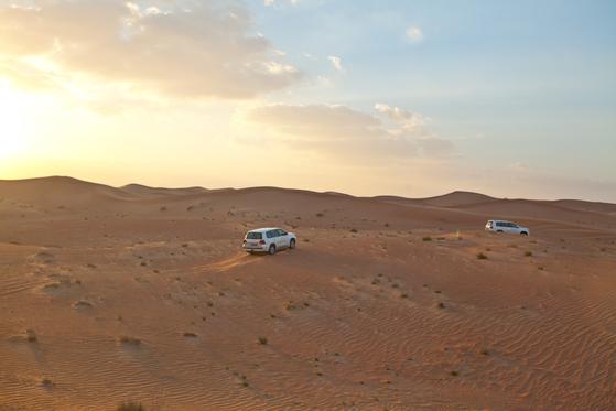 두바이 시내를 벗어나면 드넓은 사막이 나온다. 사륜구동차를 타고 모래언덕을 달리는 사막 사파리 투어는 두바이 여행 필수 코스다.