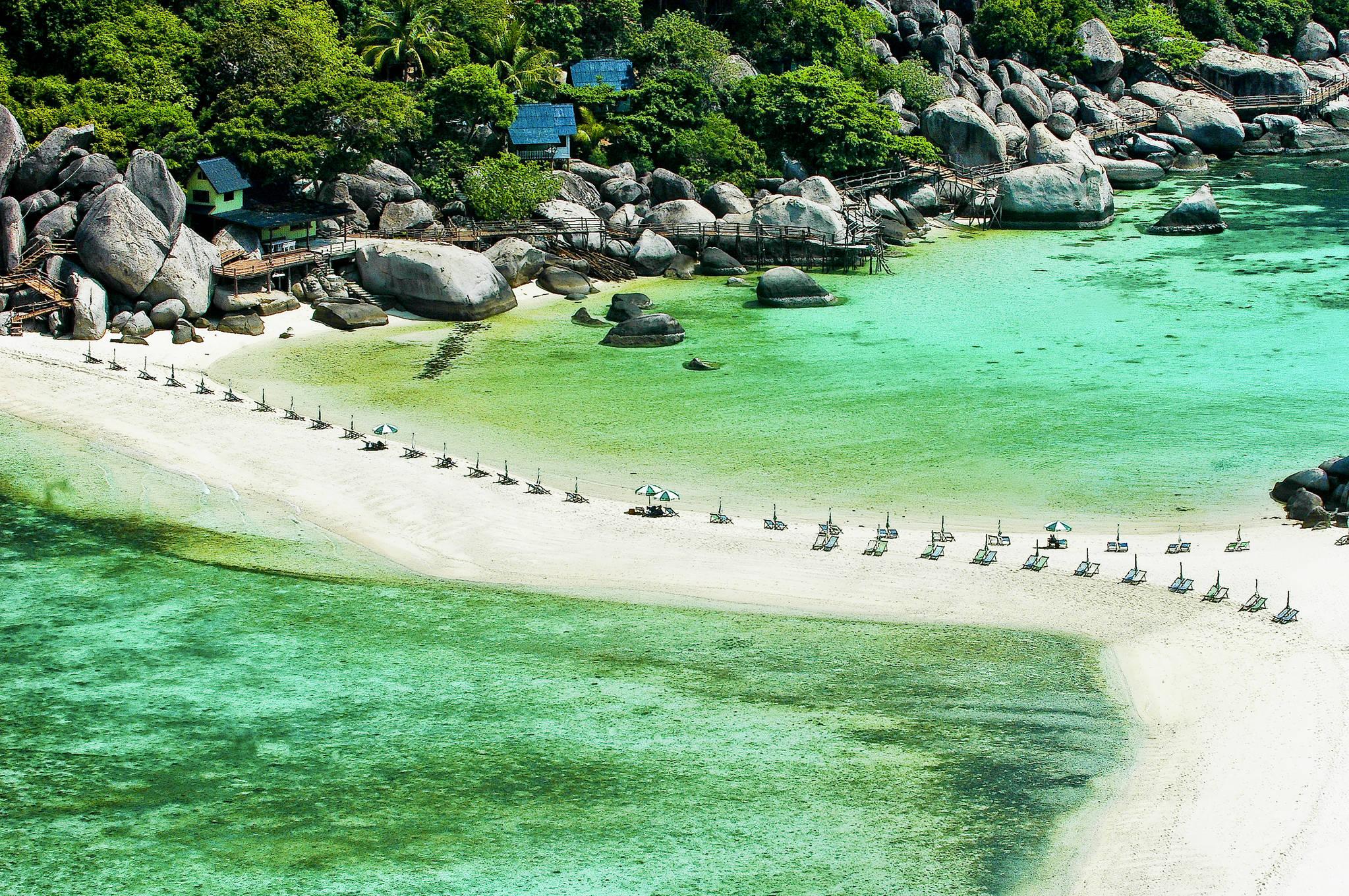 코타오 북서쪽에 있는 작은 섬 '코 낭유안'. 섬 3개가 모래톱으로 연결돼 있다. 코타오 여행객들이 꼭 들르는 곳이다. [사진 태국관광청]