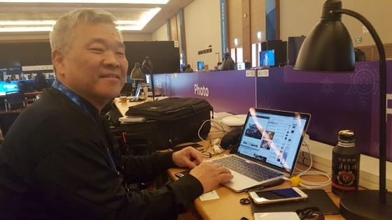 순두부 맛집을 검색하고 있는 도쿄사진기자협회의 이케다 마다카즈 기자. [여성국 기자]