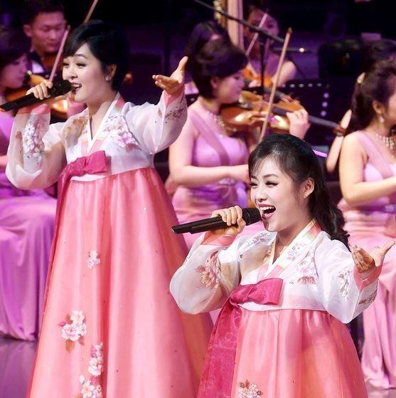 북한 삼지연관현악단의 첫 공연이 8일 강릉아트센터 사임당홀에서 열렸다. 한복차림으로 공연을 펼치는 삼지연관현악단  강릉=권욱기자