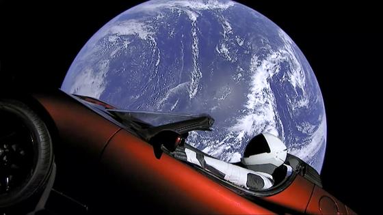 6일 미국 플로리다주 케네디 우주센터에서 일론 머스크가 이끄는 스페이스X의 팰컨 헤비 로켓이 테슬라의 전기차 '로드스터'를 싣고 우주로 날아 올랐다. 스페이스X는 우주복을 입은 마네킹 '스타맨'이 로드스터 운전석에 앉아 있는 영상을 공개 했다. [AP=연합뉴스]