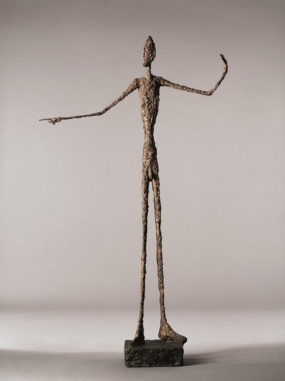 스위스 조각가 알베르토 자코메티의 청동 작품 '손가락으로 가리키는 남자(Man Pointing, 1947). [중앙포토]