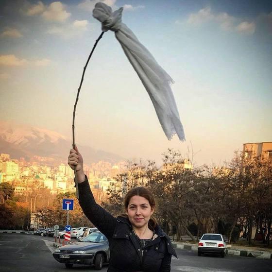 '나의 은밀한 자유'(My stealthy freedom)는 이란 여성들이 히잡 강요를 거부하며 벌이는 캠페인이다. 최근엔 당국 단속에 항의하는 차원에서 히잡을 막대 끝에 걸고 흔드는 시위로 번지고 있다. [사진 페이스북]