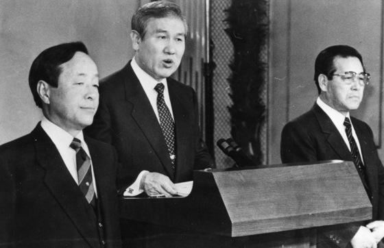 1990년 1월 22일 노태우 전 대통령과 김영삼 당시 통일민주당 총재, 김종필 당시 신민주공화당 총재가 3당 합당을 선언하고 있다. [중앙포토]