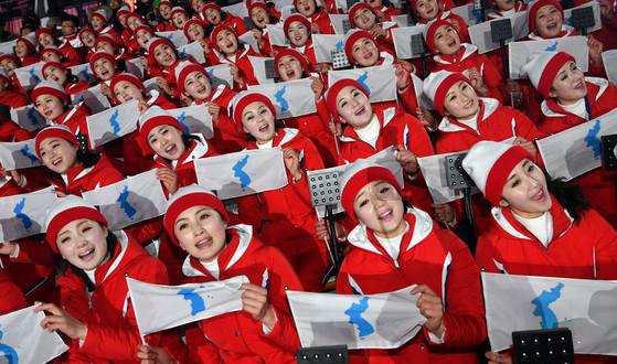 9일 강원도 평창 동계올림픽 스타디움에서 열린 개막식에 참석한 북한 응원단이 응원을 하고 있다. [중앙포토]