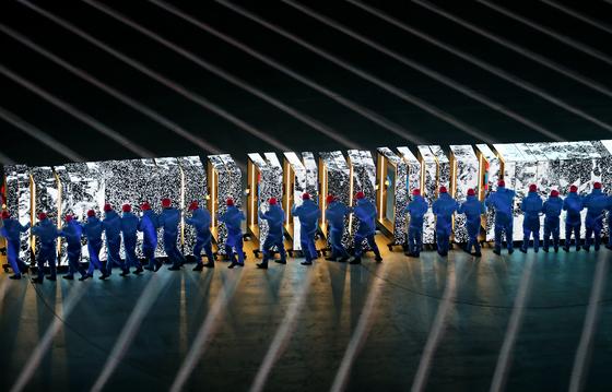 평창 겨울올림픽 개회식에 등장한 미래로 통하는 문. 세 면이 LED 디스플레이로 된 120개 문은 각각 독자적인 영상 송출이 가능하다. [평창=연합뉴스]