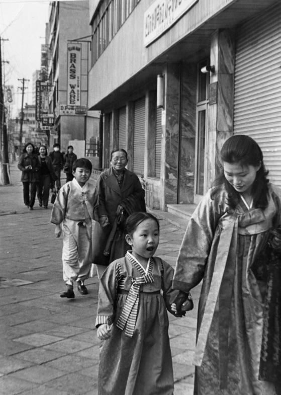 1970년대, 가족들이 설빔을 입고 나들이 가고 있다. [중앙포토]