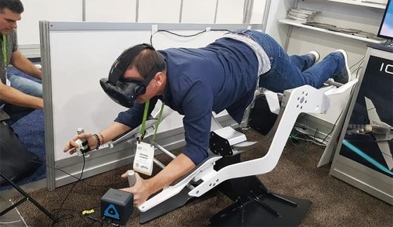 가상현실(VR)과 결합되어 해저탐험을 하며 운동하는 장치는 CES 참관객들의 큰 주목을 받았다.