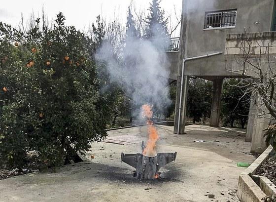 폭발하지 않은 미확인 로켓의 잔해가 이스라엘-시리아와의 국경 근처에 있는 레바논 남부 마을에 떨어져 있다. 이스라엘은 시리아에 1982년 이후 최대 규모의 공습을 기했다. [EPA=연합뉴스]