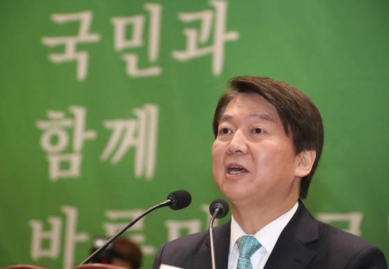 국민의당 안철수 대표가 11일 국회 의원회관에서 열린 국민의당-바른정당 합당을 결의한 제5차 임시중앙위원회에서 인사말을 하고 있다.