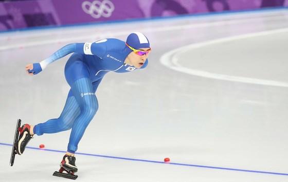이승훈이 11일 강릉 아래나에서 열린 5,000m 스피드 스케이팅에서 역주하고 있다.오종택 기자