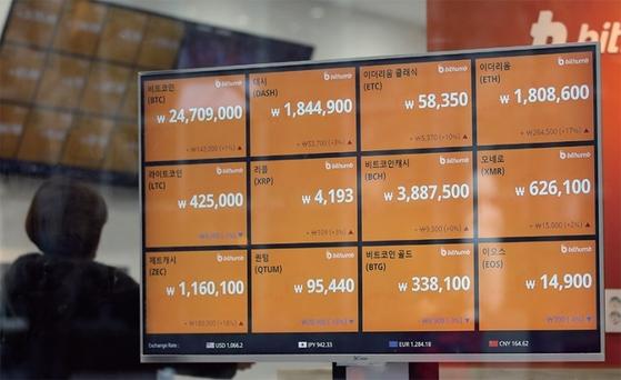 한 암호화폐 거래소 전광판. 암호화폐를 놓고 투자냐 투기냐의 논란이 뜨겁다. / 사진:연합뉴스