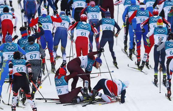 11일 강원도 평창 알펜시아 크로스컨트리센터에서 열린 평창 겨울올림픽 크로스컨트리 남자 30km 스키애슬론 경기 초반 넘어진 노르웨이의 크뤼거. [로이터=연합뉴스]