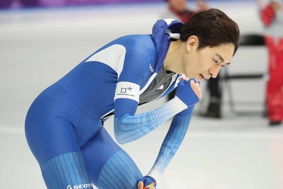 이승훈이 11일 강릉 아래나에서 열린 5000m 스피드 스케이팅에서 역주를 마치고 손을 들어 환호하고 있다. 오종택 기자