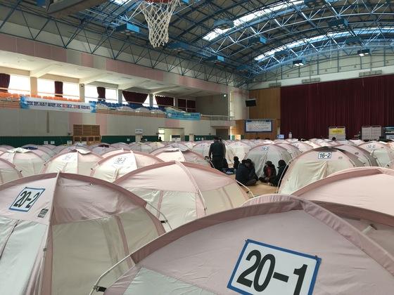 규모 4.6 지진이 발생한 11일 경북 포항시 북구 흥해읍 흥해실내체육관에서 이재민들이 모여 이야기를 나누고 있다. 포항=김정석기자