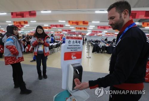 평창 올림픽 개막을 하루 앞둔 8일 강릉선수촌 식당에 손 소독제가 비치돼있다. [연합뉴스]