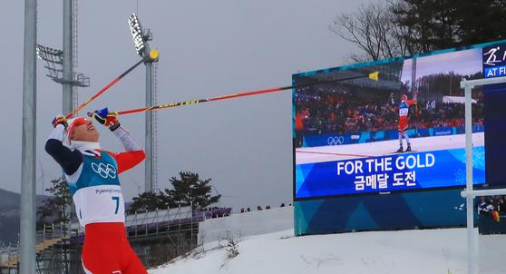 11일 오후 평창 알펜시아 크로스컨트리 센터에서 열린 2018평창동계올림픽 크로스컨트리 스키 남자 15km 15km 스키애슬론 경기에서 노르웨이 시멘 헤그스타드 크뤼게르가 1위로 골인하며 환호하고 있다. [평창=연합뉴스]