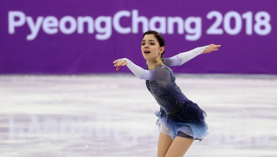 11일 오전 강릉아이스아레나에서 열린 2018 평창동계올림픽 피겨 팀이벤트 여자 싱글 쇼트 프로그램에서 '러시아 출신 선수'(OAR)의 예브게니야 메드베데바가 연기하고 있다. [연합뉴스]